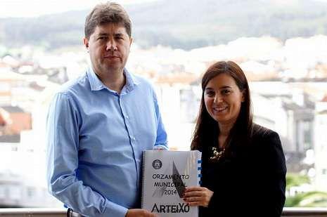 El alcalde de Arteixo, junto a la concejala de Asuntos Económicos.