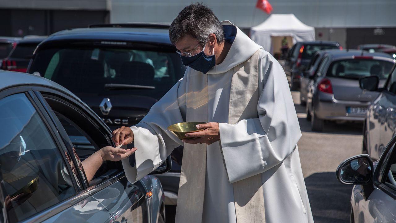 Los fieles recibían la comunión sin tener que salir de sus coches