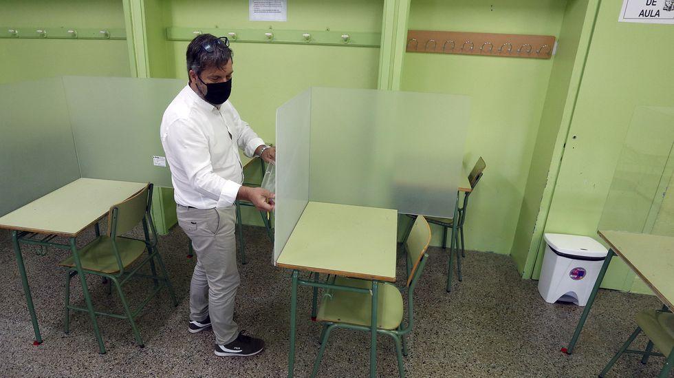Los últimos en regresar a las aulas.Instalación de mamparas en un aula del IES N.º1 de Ribeira