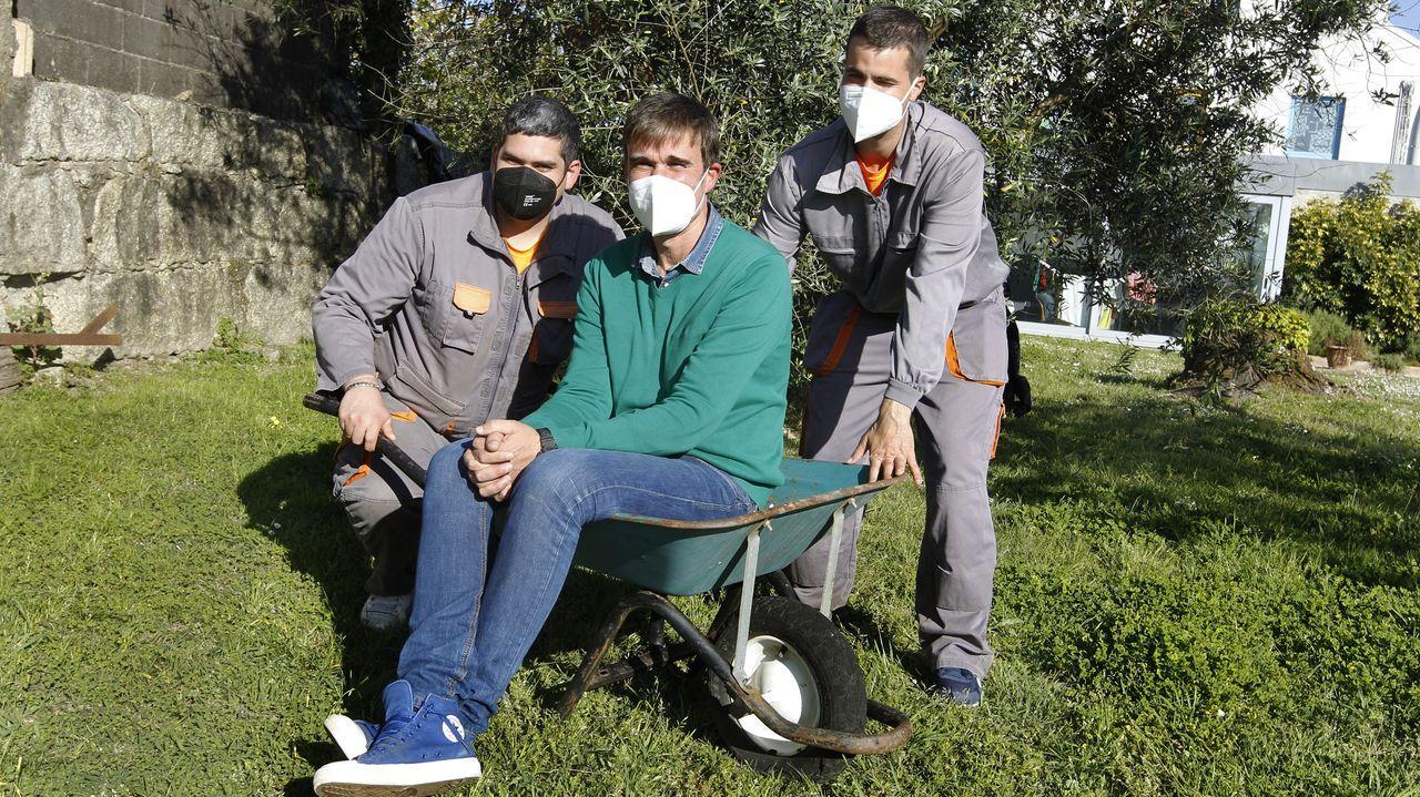 Nacho Rey, coordinador de empleo con Diego y Daniel, dos de los trabajadores que tiene la empresa de jardinería