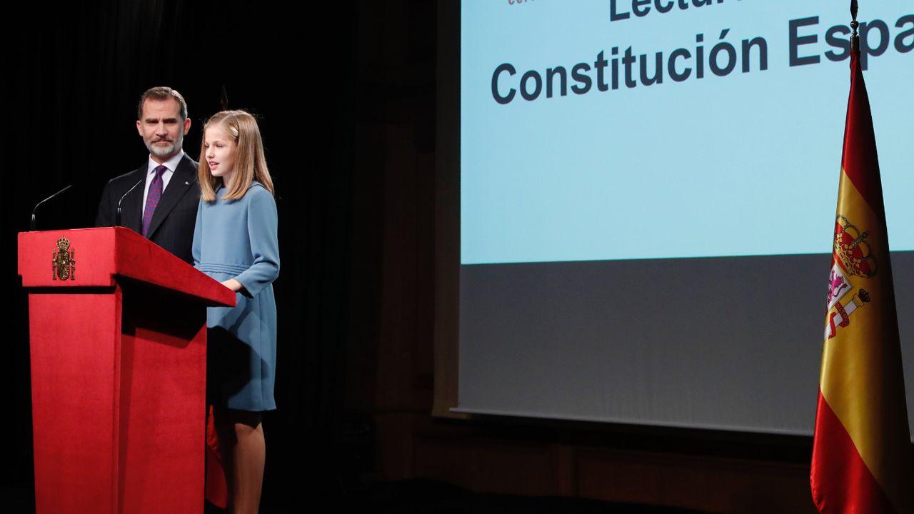Sigue en directola llegada de Leonor a los Premios Princesa de Asturias 2019.El rey Felipe junto a Leonor, en la lectura de la Constitución de la princesa
