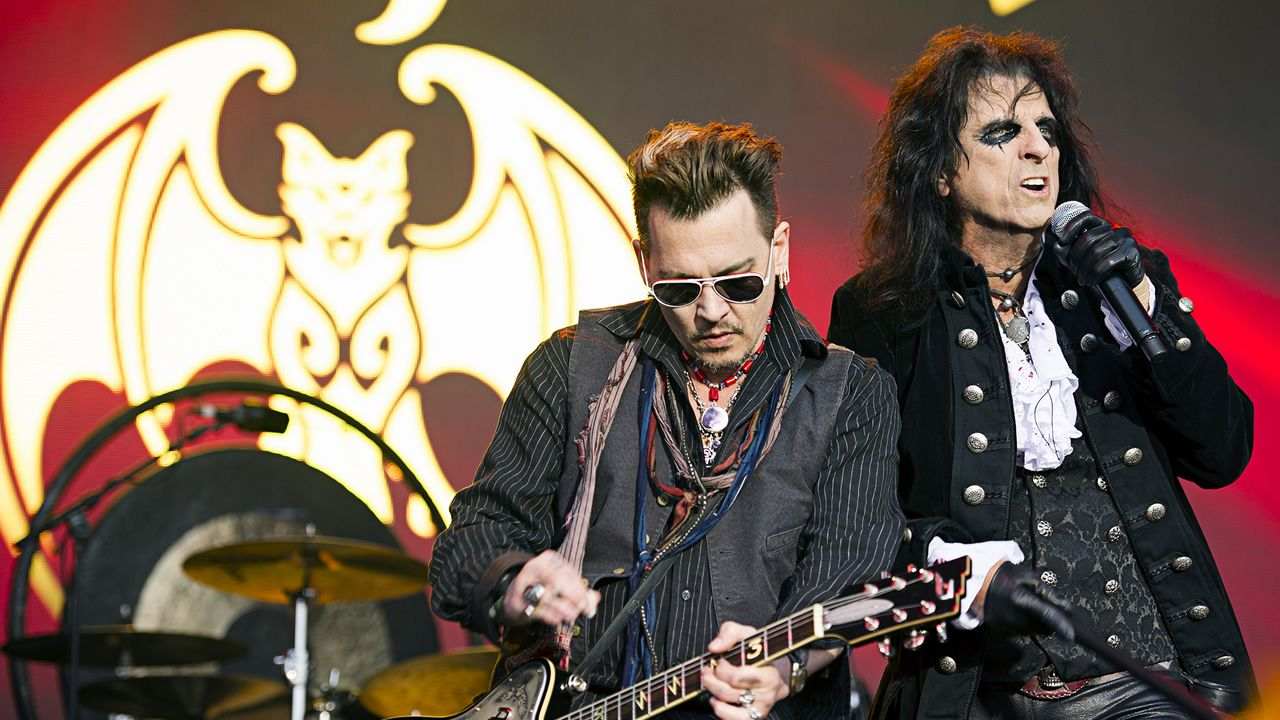 Johnny Depp (izq.) y Alice Cooper en presentación del Hollywood Vampires