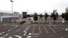 Vista del aparcamiento sin coches del centro comercial Parque Principado