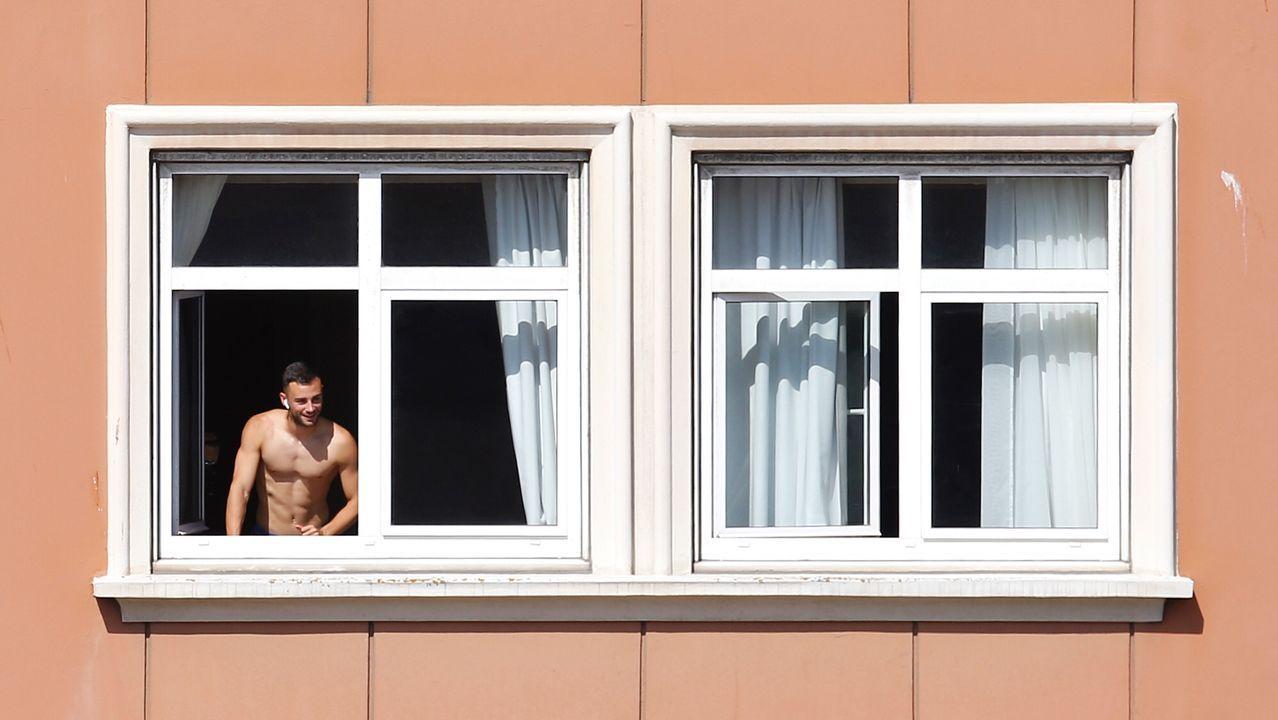 Un jugador del Fuenlabrada asomado a la ventana esta mañana en el hotel NH Finisterre de A Coruña
