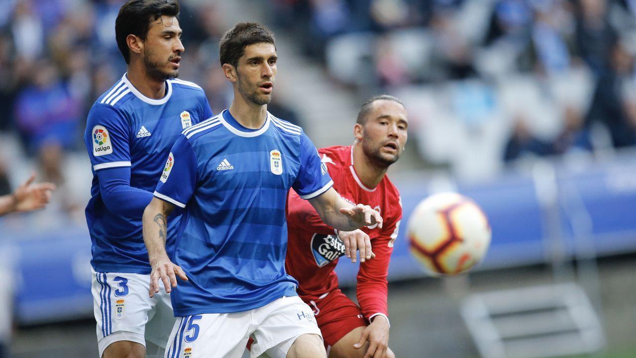 Gol Barcenas Jimmy Real Oviedo Deportivo Carlos Tartiere.Jimmy disputa un balón con Borja Valle en el Real Oviedo-Dépor