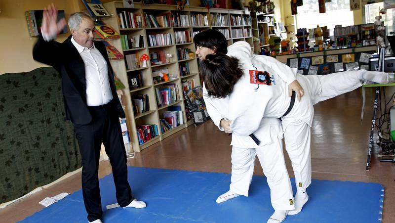 El eBook no sirve para animar a la lectura.El director, Carlos Cid, y la responsable de la biblioteca, Guadalupe Vilar, con el premio que conceden las librerías de Galicia.