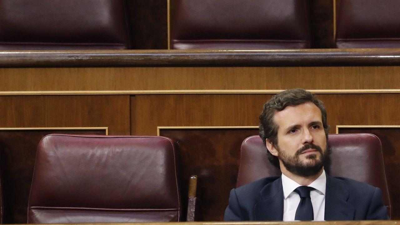 Cacerolada al grito de «Gobierno dimisión» en el centro de Madrid sin respetar la distancia de seguridad.Abascal, líder de Vox, hablando por teléfono en el pleno del Congreso