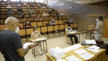 Feijoo anuncia las nuevas restricciones.La selectividad gallega de este año -en la imagen una prueba en la Facultade de Administración de Empresas de Lugo- se podían presentar alumnos con hasta dos suspensas en segundo de bachillerato