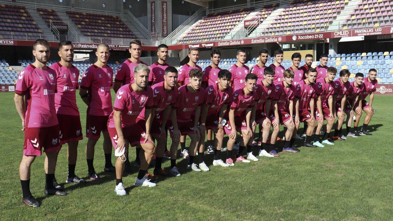 La plantilla del Pontevedra CF, el día del primer entrenamiento con Ángel Rodríguez