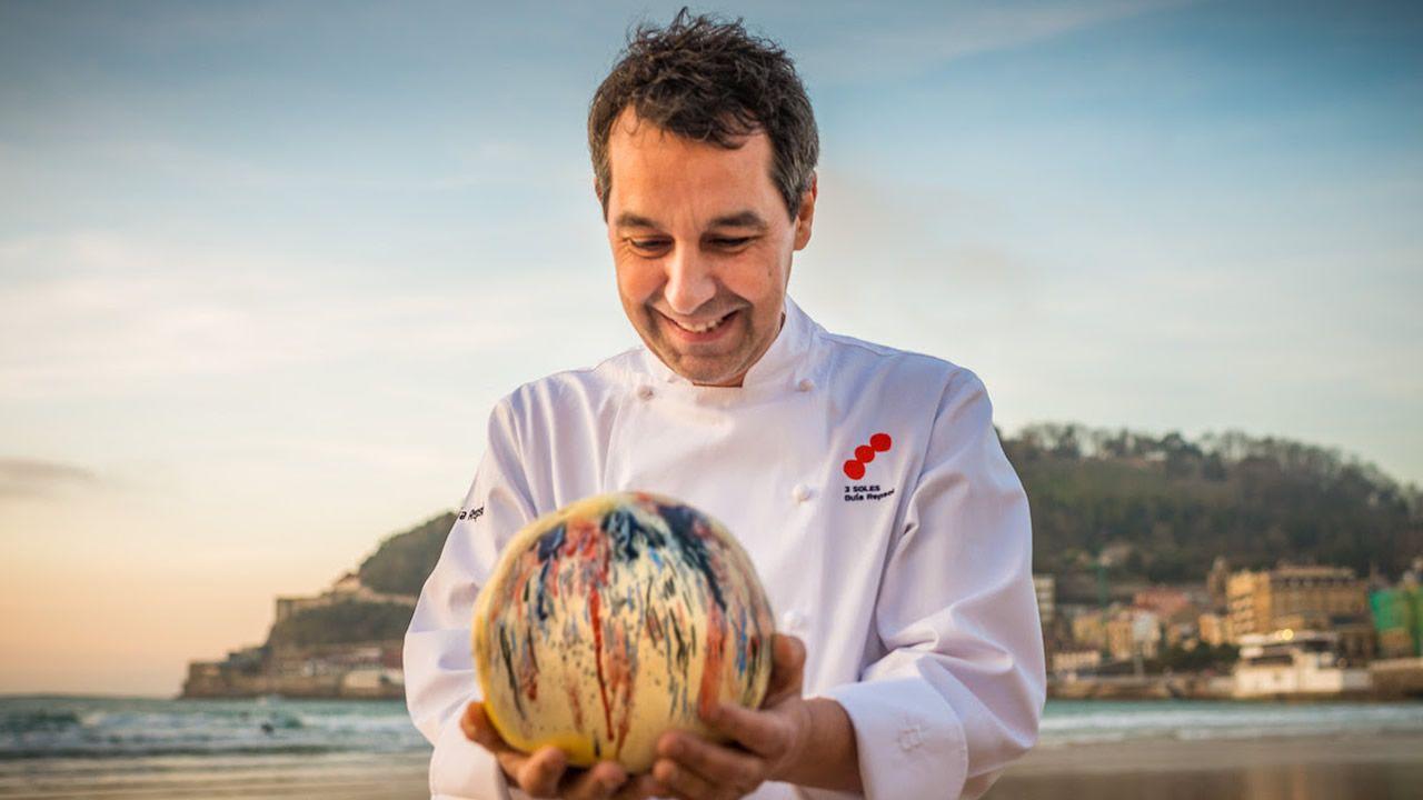 Luns de Entroido en Arousa.Héctor en la cocina y Francisco en la gerencia siguen la tradición del España
