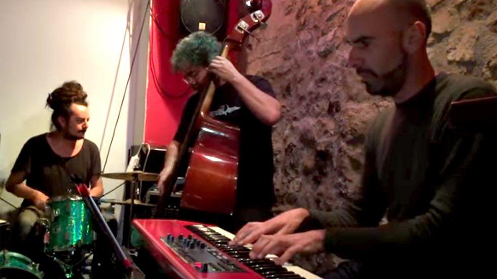 Músicos en directo en un local gijonés