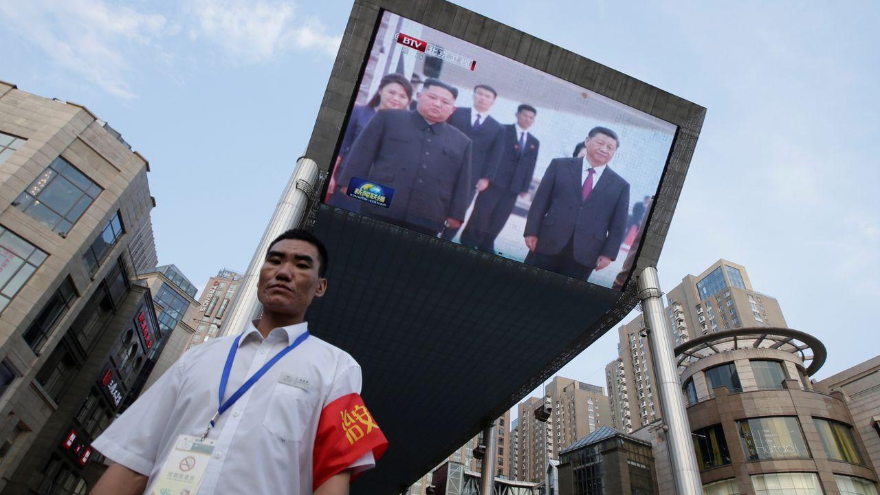 El líder norcoreano, Kim Jong-un durante la puesta en escena del submarino