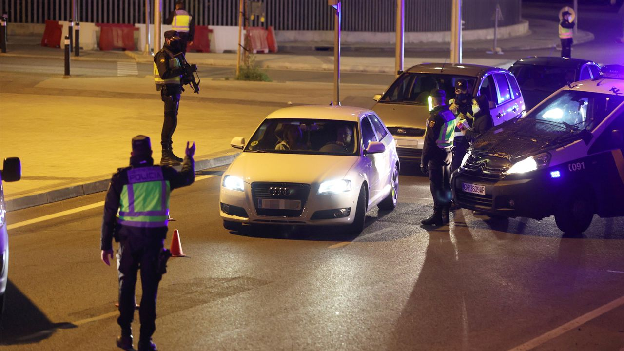 Un control policial en una vía de incorporación a la M-30, en Madrid, en la noche de este viernes