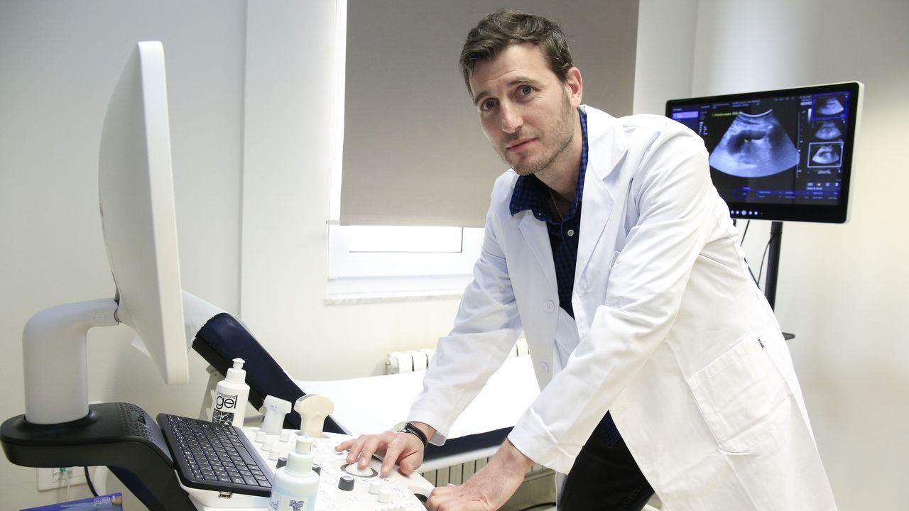 La administración masiva de la vacuna en Lugo en imágenes.El urólogo Javier Casas, en la clínica de Santo Domingo, en Lugo
