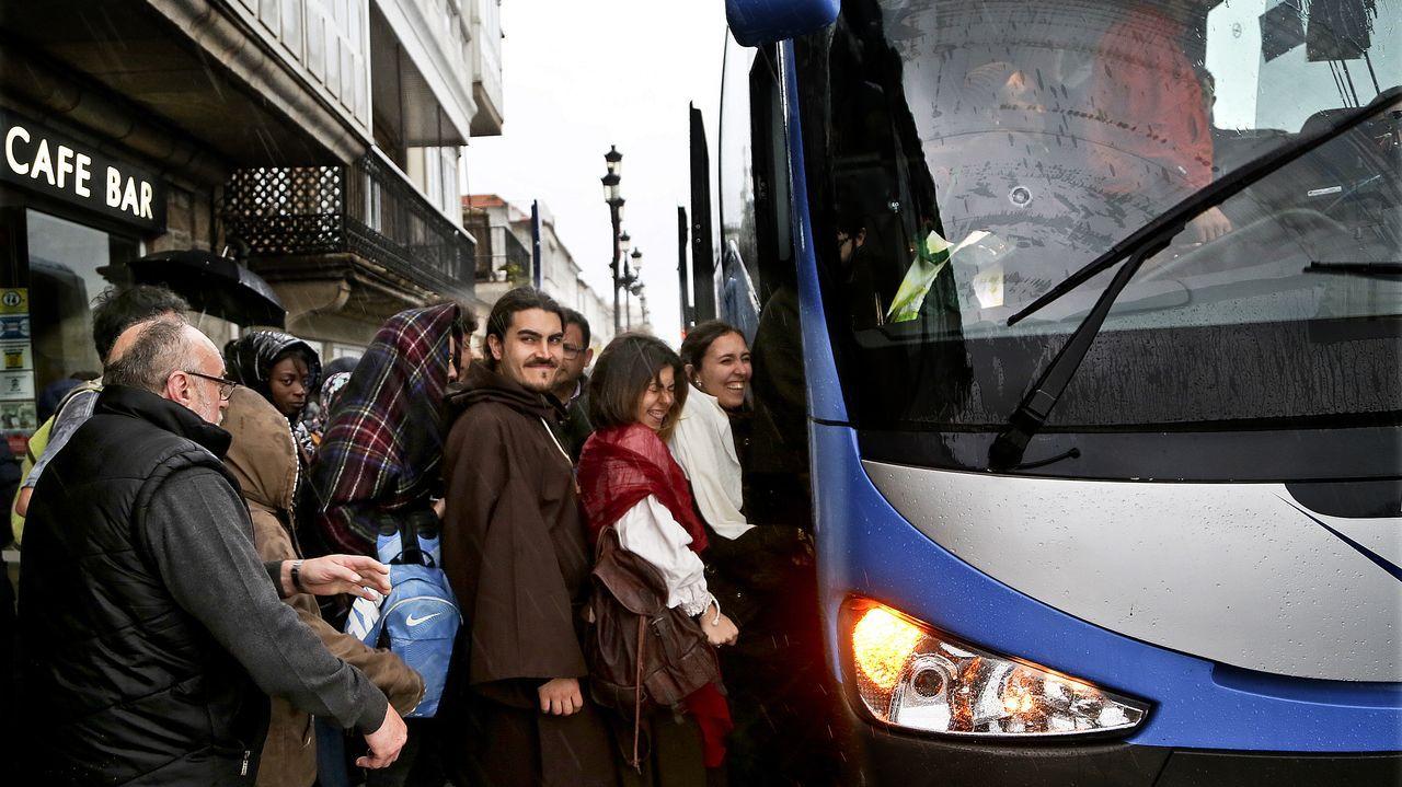 La Brilat desinfecta la Residencia Saraiva de Pontevedra..Pacientes en la puerta del centro de salud de Casco Vello