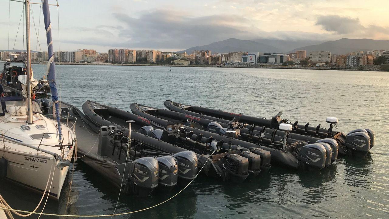 Un velero y varias planeadoras decomisadas por la Policía y amarradas enel Puerto de Algeciras