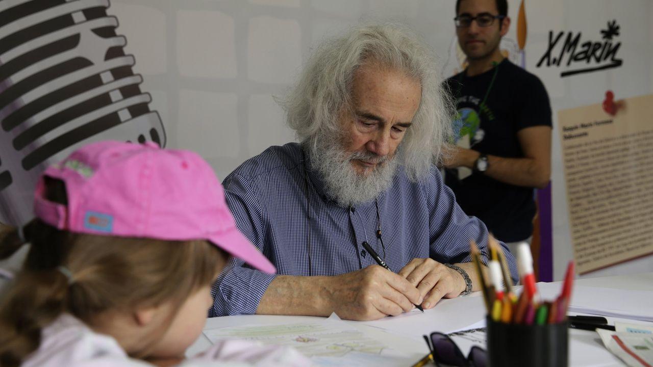 voz natura colegio santa baia Y AMICOS EN LA PLAYA DE BARRAÑA.O debuxante fenés Xaquín Marín, nun taller con nenos.