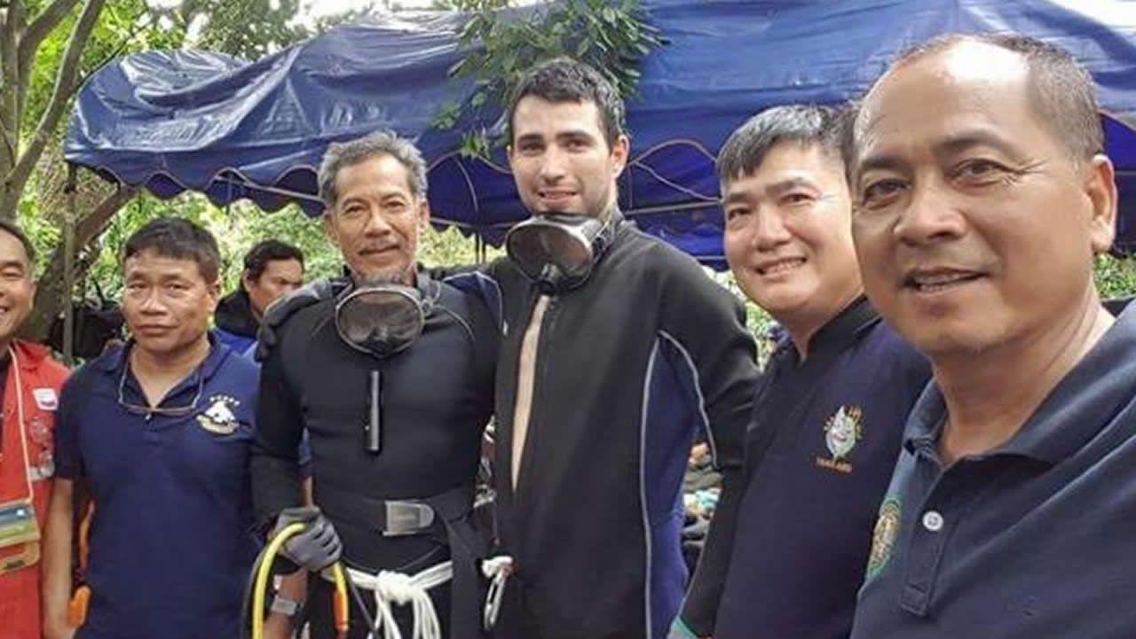 Raigal, tercero por la derecha, trabaja para empresas petrolíferas en Tailandia y ha acudido como voluntario a las tareas de rescate