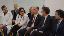 Alberto Núñez Feijóo, junto al conselleiro de Sanidade Vázquez Almuíña y representantes del Complejo Hospitalario de Ourense (CHOU)