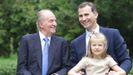 El emérito, el rey Felipe VI y la princesa Leonor en La Zarzuela el 26 de julio del 2012, poco después del accidente de Botsuana