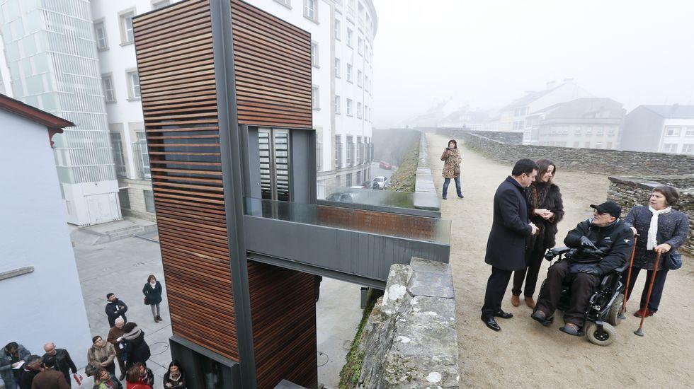 El primer ascensor en la Muralla.las puertAs Testigo de la vida local. Las puertas de la Muralla (en la imagen, la de Santiago) causan algo de asombro además de ser zonas de tránsito cotidiano para vecinos de la ciudad.