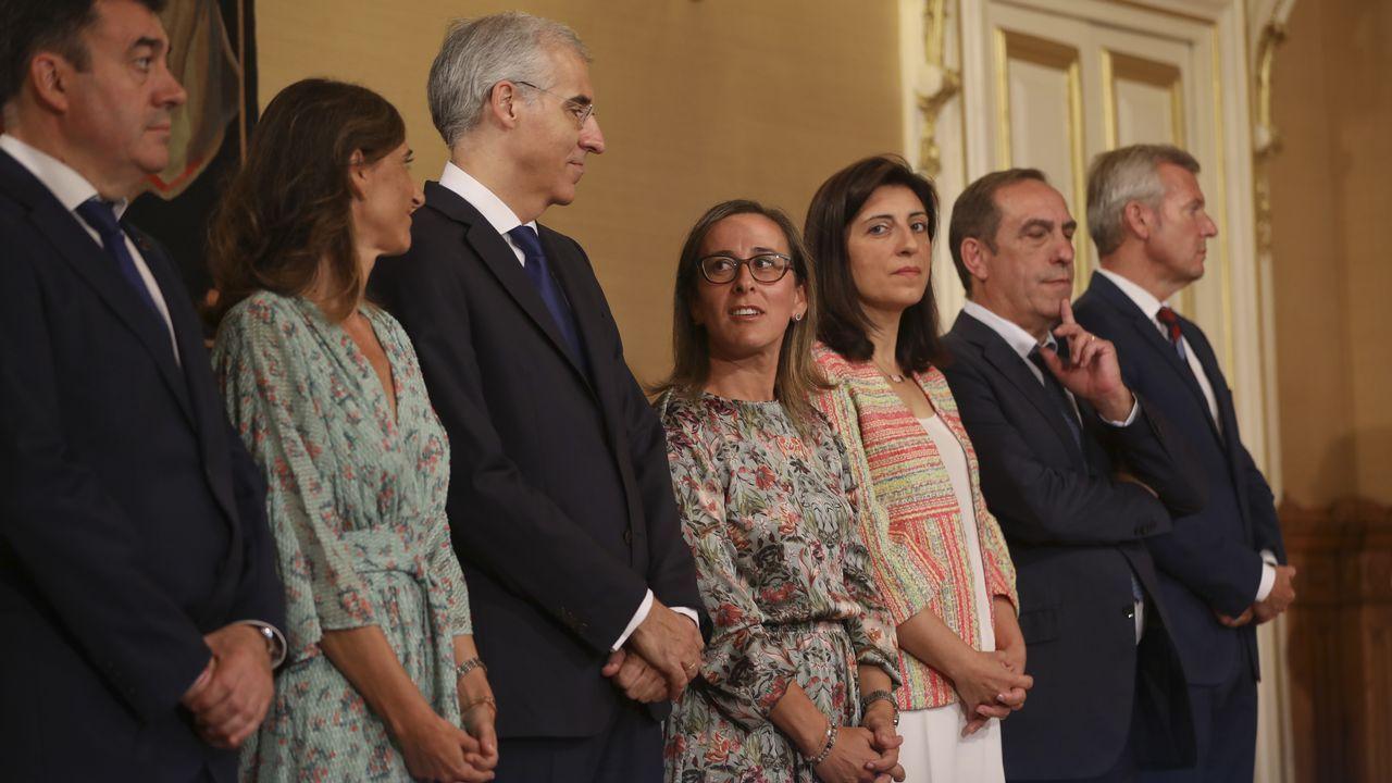 Saludo entre Beatriz Mato, conselleira saliente, y Fabiola García, nueva conselleira de Política Social.