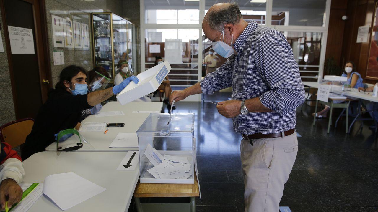 colegio.Gente votando en un colegio electoral de A Coruña