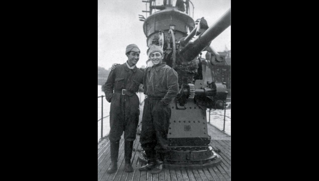 Ramón Cayuelas, a la derecha, en la cubierta del submarino C-5, junto al compañero que lo sustituyó en la tripulación. La nave se hundió frente a las costas asturianas poco después de sacar esta foto