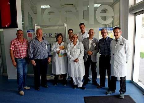 Bioluminiscencia de Ángel León.Jesús Busto, con trabajadores de la fábrica de Nestlé.
