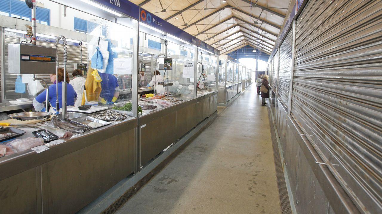 Un nuevo temporalpone en alerta a Galicia.Este miércoles muchos puestos de la pescadería de A Magdalena no subieron la persiana debido al temporal Beatriz