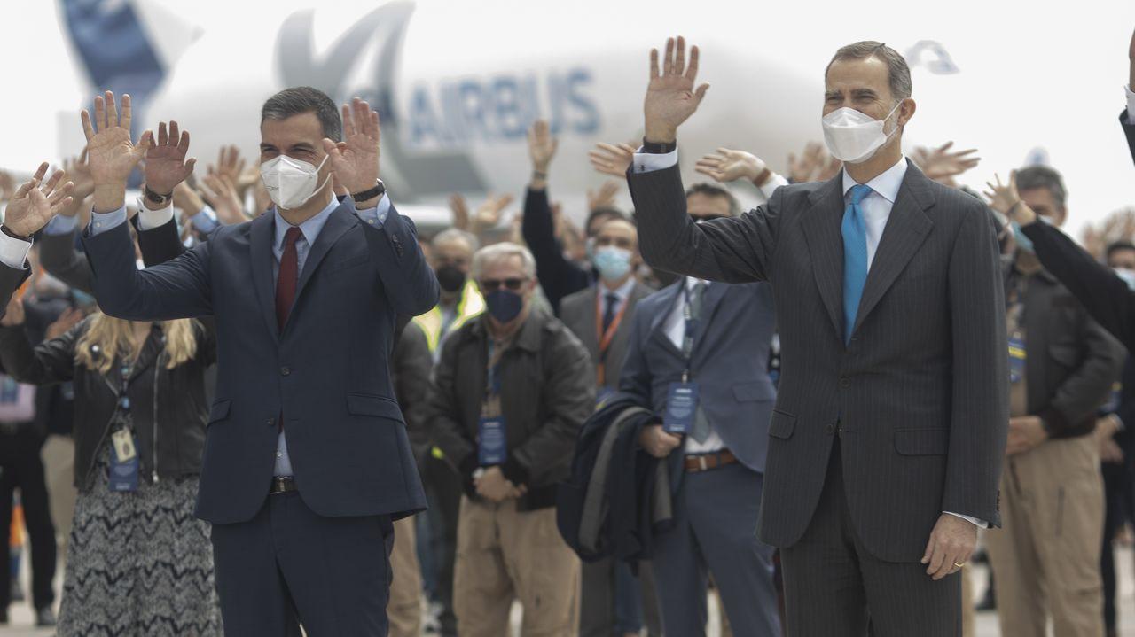 El presidente del Gobierno, Pedro Sánchez; y el Rey Felipe VI, durante la inauguración del nuevo campus de Airbus en Getafe,