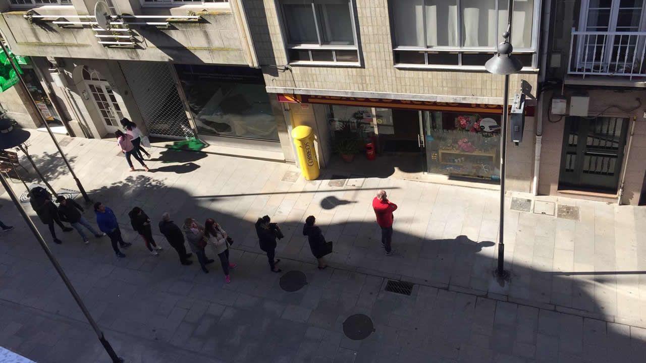 Gente haciendo cola para comprar tabaco en Marín