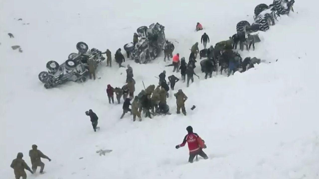 Un avión se sale de la pista de aterrizaje en Estambul y se rompe.Soldados turcos rescatan a varias víctimas de una de las avalanchas registradas en los últimos días