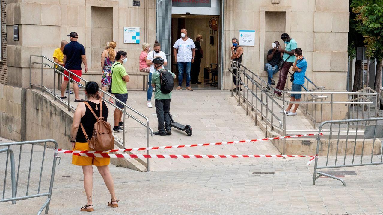 Una enfermera comprueba la cola de pacientes en el CAP Prat de la Riba de Lérida, donde se centraliza la atención a los posibles afectados por  covid-19
