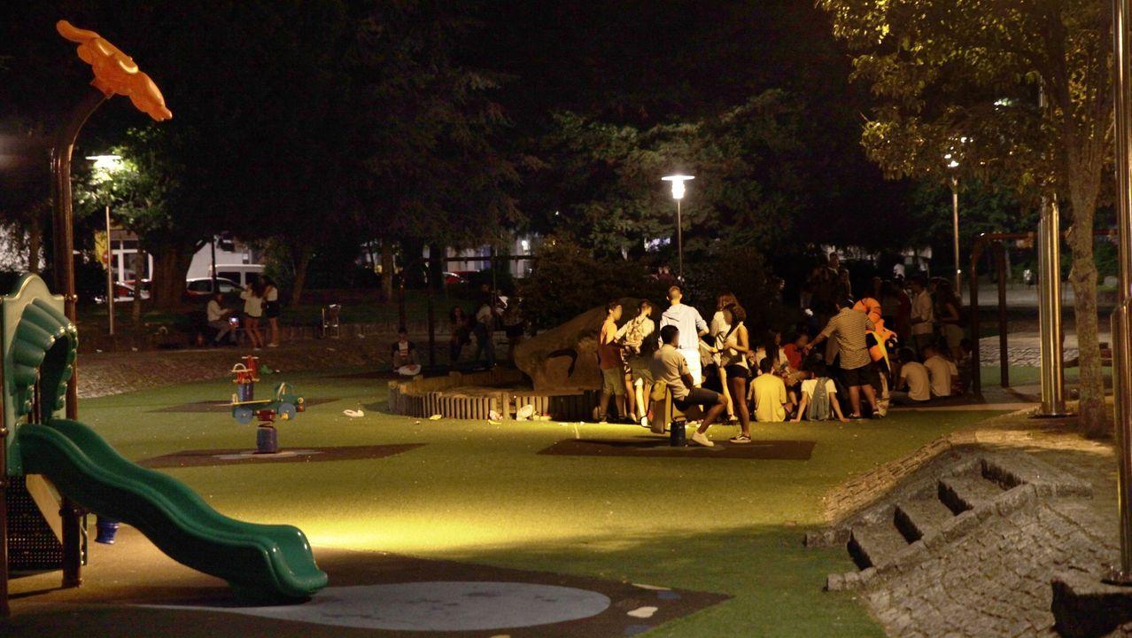 Un grupo de jóvenes la noche del Carmen dos Pincheiros, un año después de la desaparición de Diana