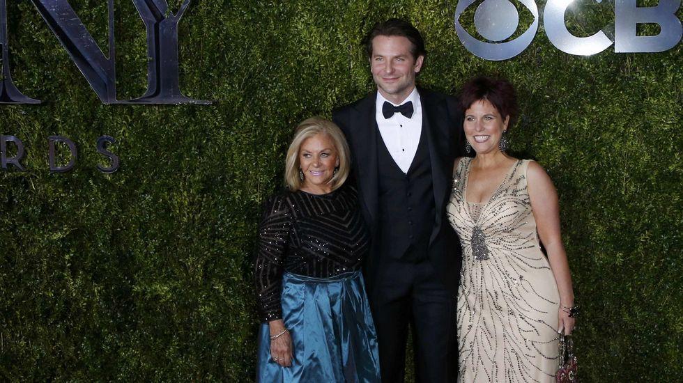 Bradley Cooper, a su llegada a la gala con su madre y su hermana.