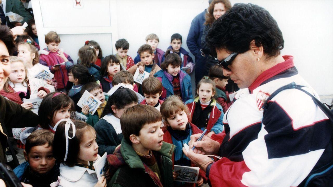 Firmando autógrafos durante su época en el Sevilla, en los 90
