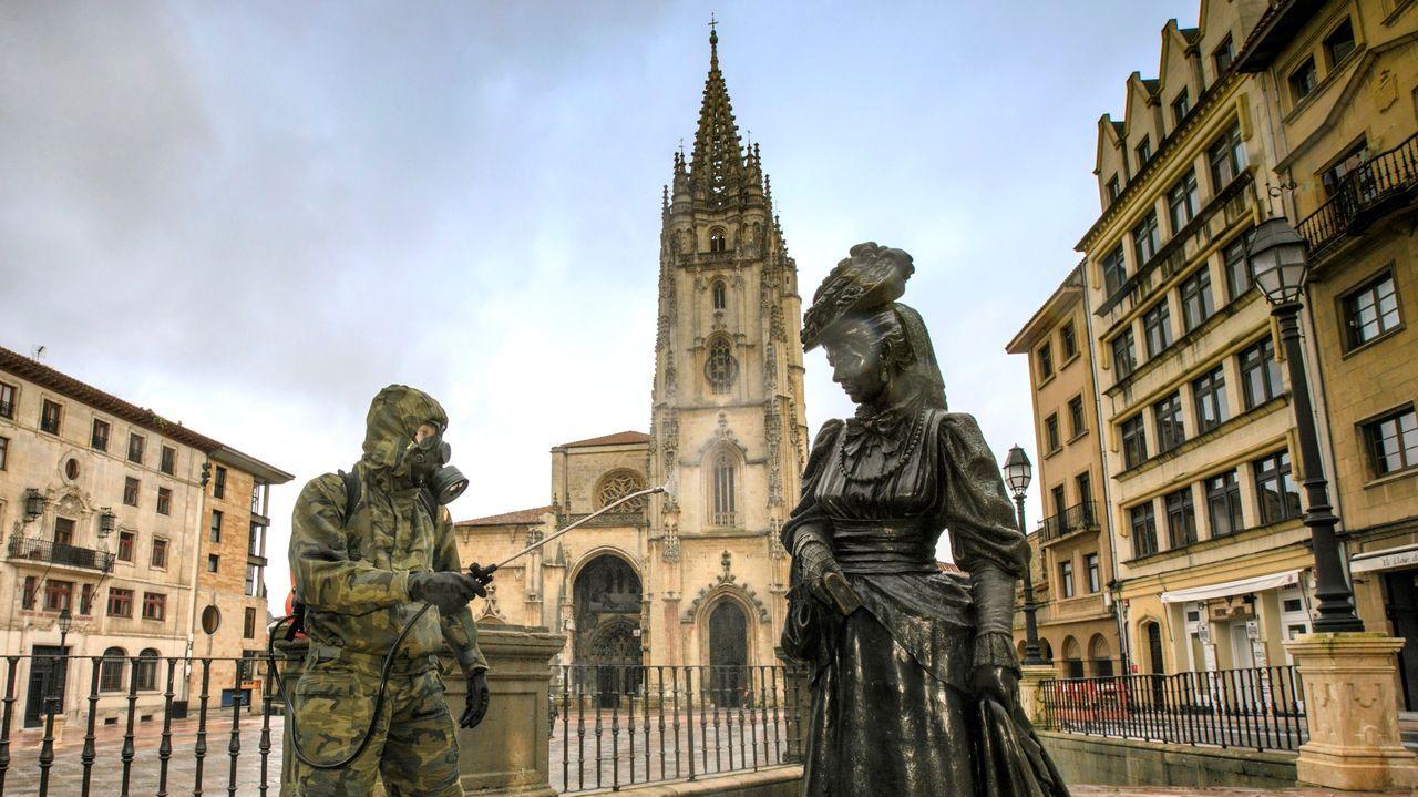 Un soldado desinfecta la estatua dedicada a La Regenta, este domingo, en Oviedo.