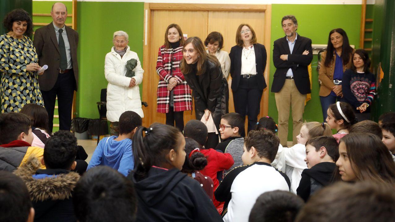 La conselleira de Educación con los niños y al fondo el resto de ponentes en el colegio de Paradai