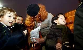 O Apalpador entregando castañas a los niños en la ciudad de Lugo estos días.