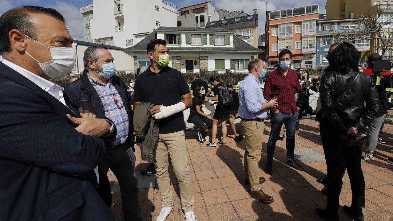 Feijoo en Os Peares, arranca la campaña electoral.A la izquierda, el alcalde de Xove, con otros políticos, en la manifestación de Foz