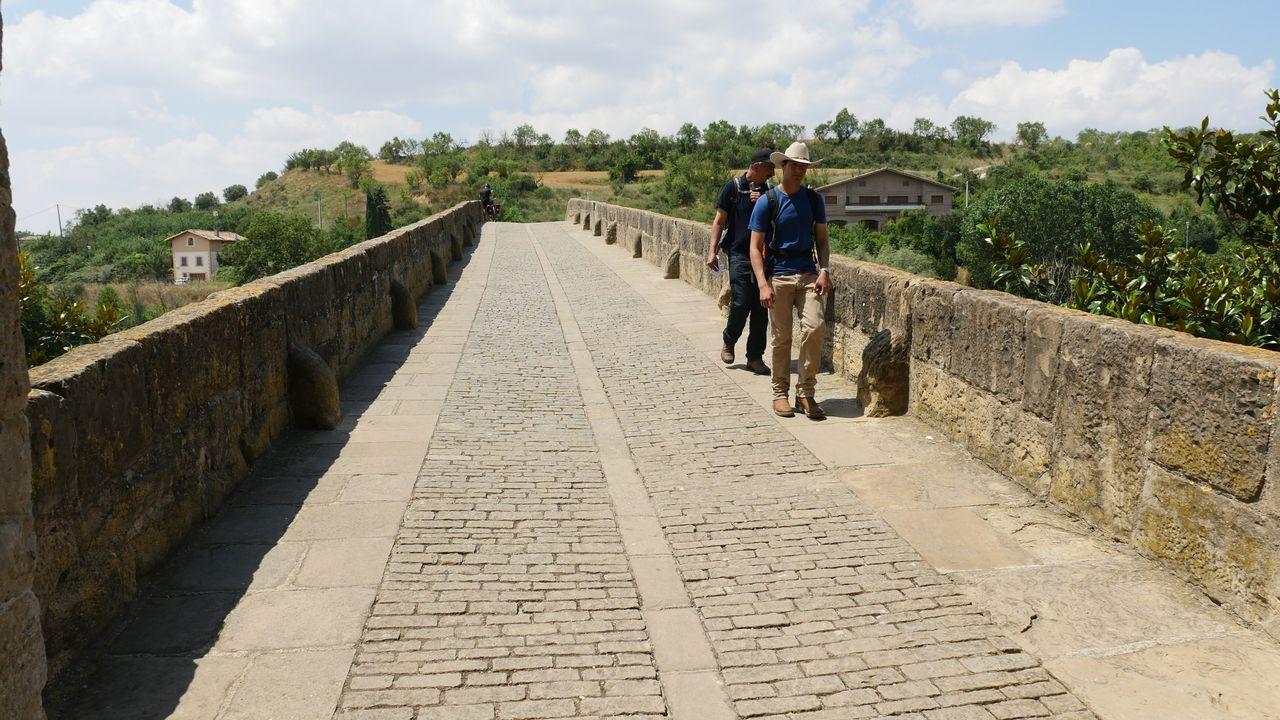 En el puente románico sobre el río Arga (Puente la Reina, Navarra) se unen los dos caminos que vienen desde Francia
