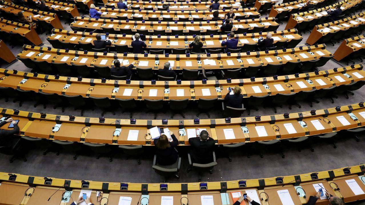 Vista general del hemiciclo del Parlamento Europeo durante la sesión plenaria mensual, reducida por el coronavirus.
