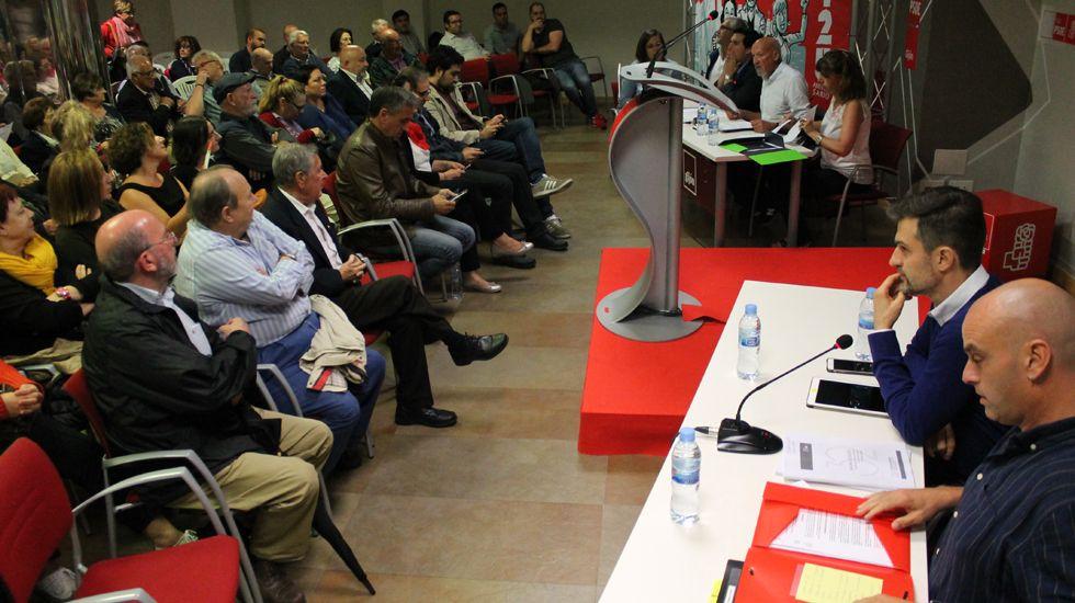 Javier Fernández vota en la agrupación socialista de Gijón.Un momento de la asamblea del PSOE