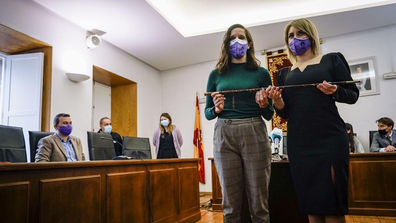 La socialista Noelia Rodríguez, a la derecha, llamó a la que será su teniente de alcaldesa, Paula Rodríguez, para que posase junto a ella sosteniendo el bastón de mando. Ambas llevaban una mascarilla con la imagen de Rosalía de Castro