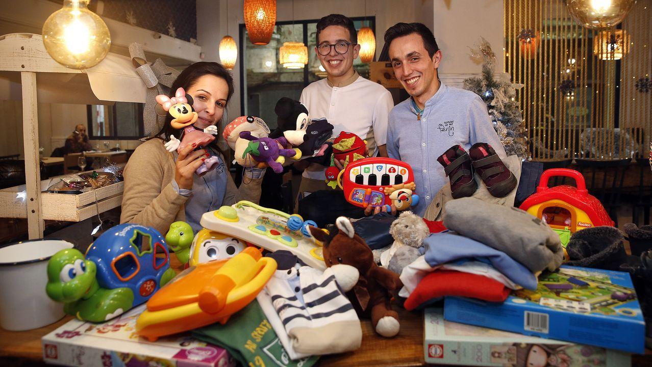 «No terceiro intento conseguimos que expulsara o caramelo».Marcos Rodríguez y Diego Lamas, que patrullan juntos hace seis meses, son los agentes que salvaron a una mujer de morir atragantada en la cabalgata de Reyes de A Pobra