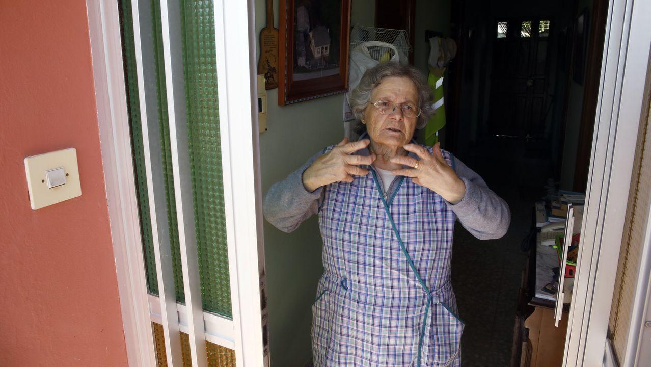 Testimonio de Araceli López Losada, a quien intentaron timar con una supuesta prueba de coronavirus.Un coche de la Guardia Civil, frente al juzgado de Chantada en una fotografía de archivo