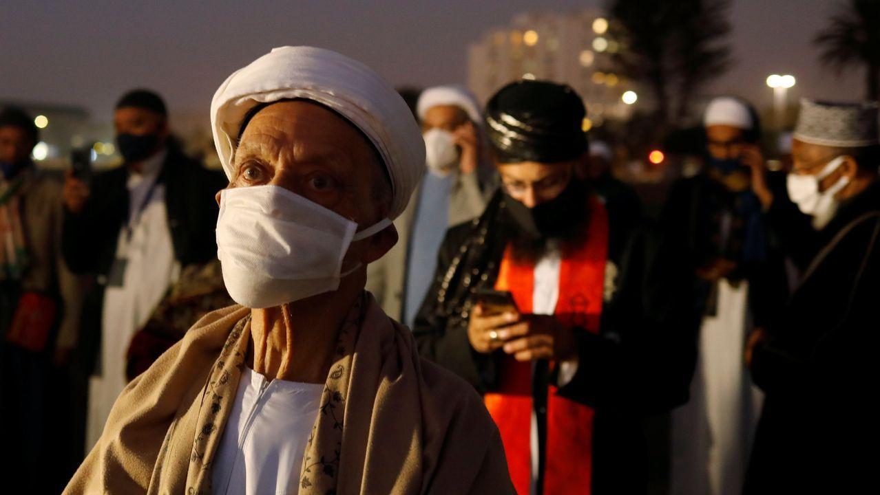 Musulmanes sudafricanos llevan mascarillas durante sus oraciones en el mes del Ramadán