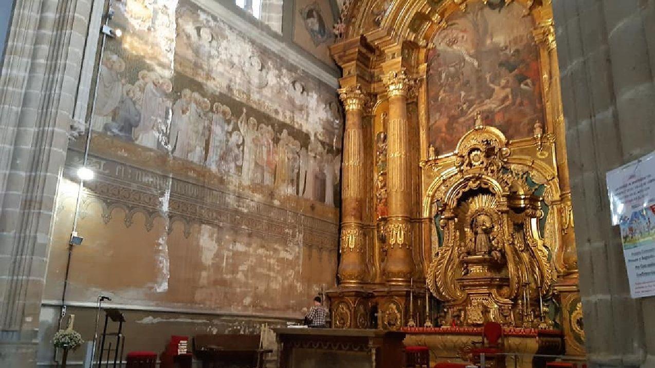 Imagen del retablo mayor antes de ser desmontado y de las pinturas murales de la pared lateral