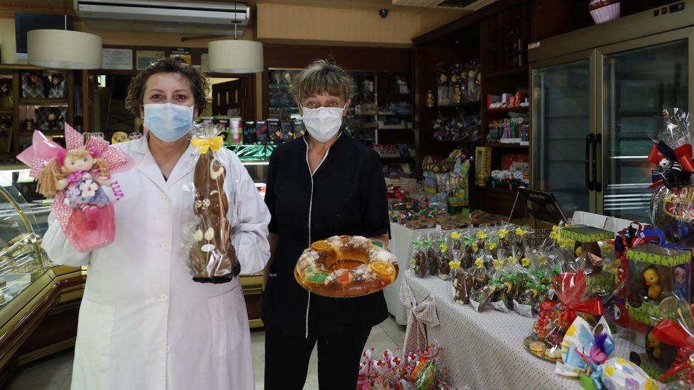 El equipo de la uci COVID-19 en el CHUO.La Pascua está animando las ventas en la confitería Miguel de Ourense